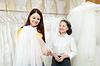 Girl chooses bridal veil at shop of wedding fashion | Stock Foto