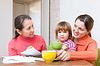 Familie von drei Generationen berechnet Budget | Stock Photo