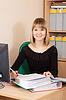 ID 4010759 | Geschäftsfrau auf ihrem Arbeitsplatz im Büro | Foto mit hoher Auflösung | CLIPARTO