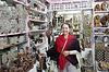 ID 4014809 | 女人在埃及店挑选纪念品 | 高分辨率照片 | CLIPARTO