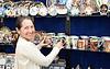 ID 4014829 | Туристическая выбирает чашку сувенира в египетской магазин | Фото большого размера | CLIPARTO