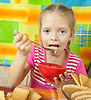 ID 4017716 | Kleines Mädchen isst Milchdessert | Foto mit hoher Auflösung | CLIPARTO