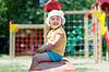 ID 4017978 | 2 Jahre beby Mädchen auf dem Spielplatz | Foto mit hoher Auflösung | CLIPARTO