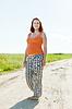 Ciąża kobieta w dziedzinie lato | Stock Foto