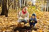 Sadzenia drzew rodzina jesienią | Stock Foto