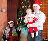 Rodzina w pobliżu świerka w domu | Stock Foto
