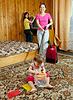 Familie reinigt in Wohnzimmer | Stock Photo