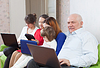 Multigenerations Familie mit elektronischen Geräten | Stock Photo