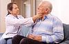 Starszy dojrzały lekarz bada pacjenta | Stock Foto
