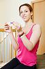 Uśmiechnięta dziewczyna z testu ciążowego | Stock Foto