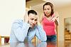 가족의 싸움. 피곤 된 남자는 자신의 분노를 듣고 | Stock Foto
