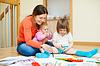 아이들과 함께 행복 어머니는 집에서 재생 | Stock Foto