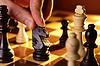 Mans Hand spielen Schach | Stock Foto