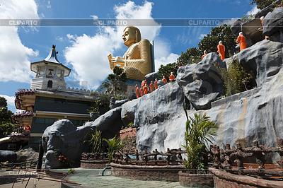 Buddyjski mnich przechodząc do posągów Buddy świątyni złota | Foto stockowe wysokiej rozdzielczości |ID 3941769
