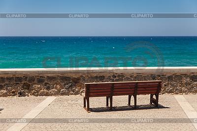 Pokład ławka z pięknym widokiem na morze | Foto stockowe wysokiej rozdzielczości |ID 3826236