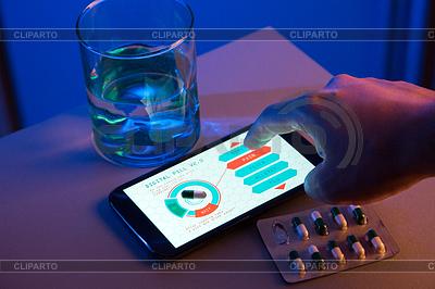 Wybór rodzaju pigułki na high-tech urządzeń z ekranem dotykowym | Foto stockowe wysokiej rozdzielczości |ID 3984598