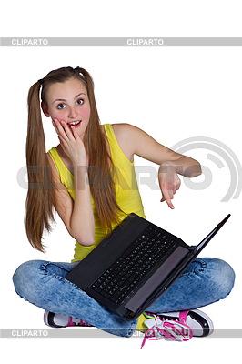 年轻女孩坐在地板上,用笔记本电脑 | 高分辨率照片 |ID 3747274