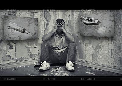 Konzept der Gefahren von Drogen. Drogenabhängiger Mann sittin | Foto mit hoher Auflösung |ID 3903918
