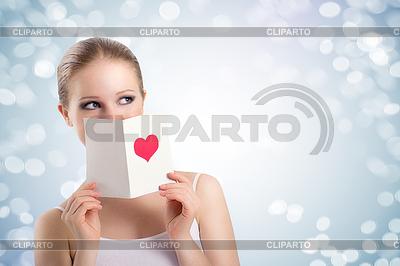 Schöne junge Frau mit Valentine Postkarte | Foto mit hoher Auflösung |ID 3908693