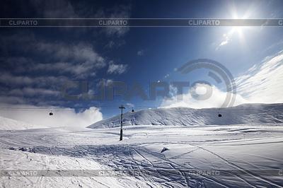 Ski slope, gondola lift and blue sky with sun | 높은 해상도 사진 |ID 3867995