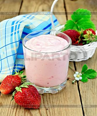 Milchshake mit Erdbeeren in weißen Korb | Foto mit hoher Auflösung |ID 3840260