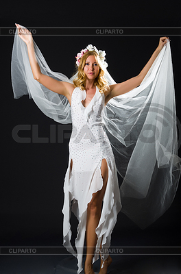 Frau im Hochzeitskleid tanzen | Foto mit hoher Auflösung |ID 3811209