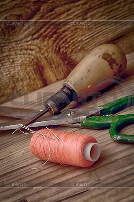 Instrumenty odzieży repairman i nici | Foto stockowe wysokiej rozdzielczości |ID 3785349