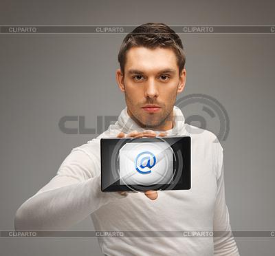 Mann mit Tablet-PC mit E-Mail-Symbol | Foto mit hoher Auflösung |ID 3930189