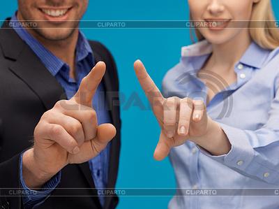 Mann und Frau, die Hände auf etwas zeigen | Foto mit hoher Auflösung |ID 3933031