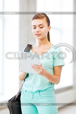 Uśmiechnięty student z komputera typu tablet w college'u | Foto stockowe wysokiej rozdzielczości |ID 3933999
