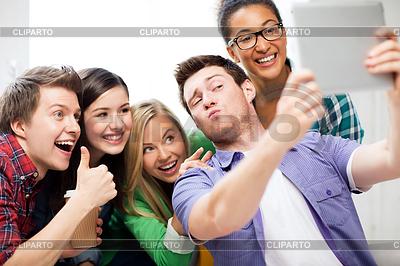 Studenten tun Aufnahme mit dem Tablet PC in der Schule | Foto mit hoher Auflösung |ID 3934038