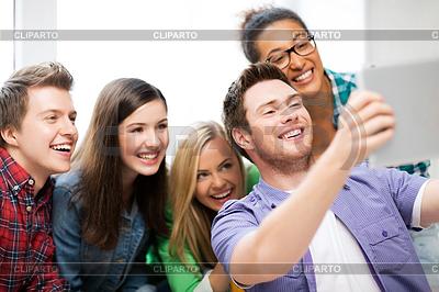 Studentów podejmowania obraz z komputera typu tablet w szkole | Foto stockowe wysokiej rozdzielczości |ID 3934710