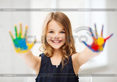 Mädchen zeigt bemalten Händen | Foto mit hoher Auflösung |ID 3934939