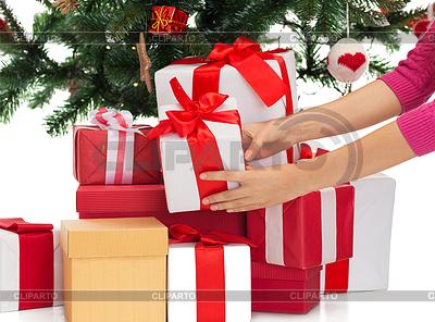 Woman with gifts and christmas tree | Foto stockowe wysokiej rozdzielczości |ID 4533809