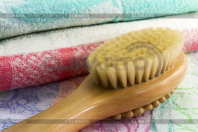 Drewniana szczotka z uchwytem do masażu ciała i | Foto stockowe wysokiej rozdzielczości |ID 3770128