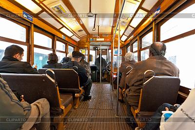 Interieur von Lissabon Straßenbahn mit Fahrgästen | Foto mit hoher Auflösung |ID 3896459