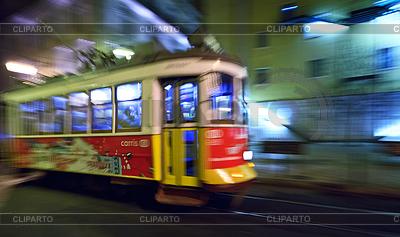 Tram 28, die durch Straßen von Lissabon | Foto mit hoher Auflösung |ID 3896478