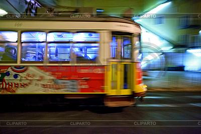 Tram 28, die durch Straßen von Lissabon | Foto mit hoher Auflösung |ID 3896479