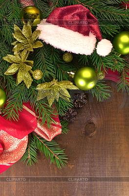 Choinka z kulkami i Santa kapelusze | Foto stockowe wysokiej rozdzielczości |ID 4070889