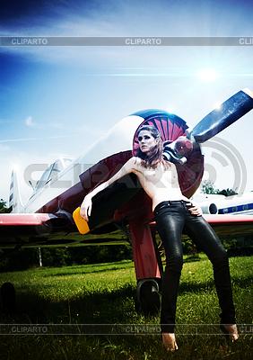 Kunst abstrakte weibliche Porträt auf Flugplatz | Foto mit hoher Auflösung |ID 3916587