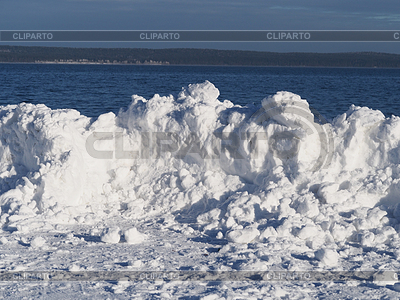 Schneewehe am See | Foto mit hoher Auflösung |ID 3944523