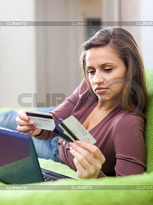 Frau, die Zahlung per Kreditkarte im Internet-Shop | Foto mit hoher Auflösung |ID 3985447