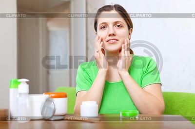 Junge Frau nutzt kosmetische Creme | Foto mit hoher Auflösung |ID 3987199