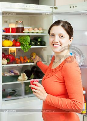 Glückliche Frau auf der Suche nach etwas im Kühlschrank | Foto mit hoher Auflösung |ID 3987266