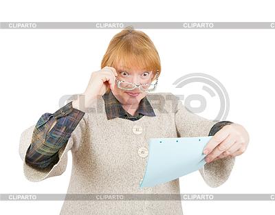 Zdziwiony starszy kobieta czytania papieru | Foto stockowe wysokiej rozdzielczości |ID 4000227