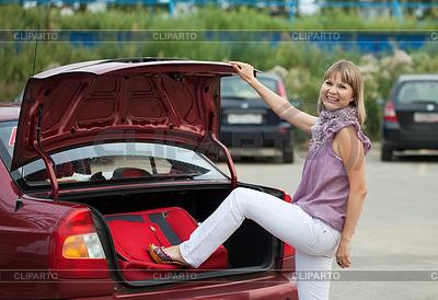 Frau packt ihre Gepäck in Auto   Foto mit hoher Auflösung  ID 4003037