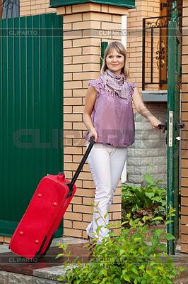 Glückliche Frau mit Koffer | Foto mit hoher Auflösung |ID 4010786