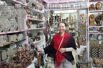 Женщина выбирает сувениры в египетских магазин | Фото большого размера |ID 4014809