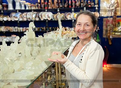 Туристическая выбирает в египетских сувенирных магазина | Фото большого размера |ID 4014828