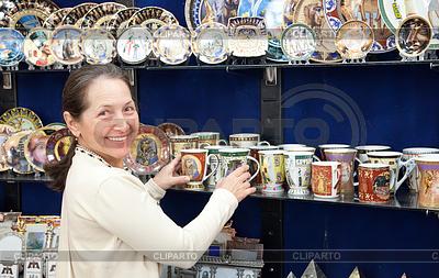 Туристическая выбирает чашку сувенира в египетской магазин | Фото большого размера |ID 4014829